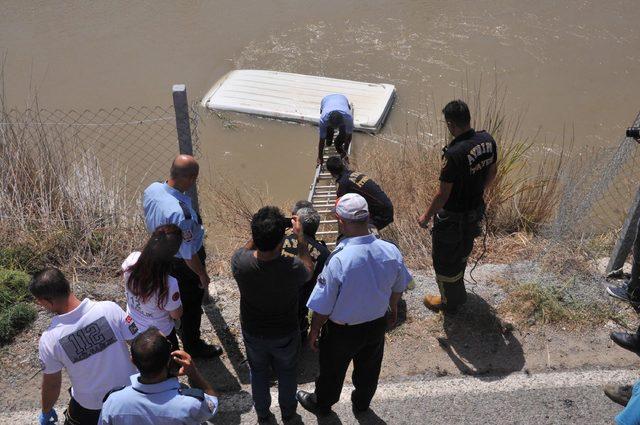Sulama kanalına uçan minibüsün üstünde 1 saat kurtarılmayı bekledi