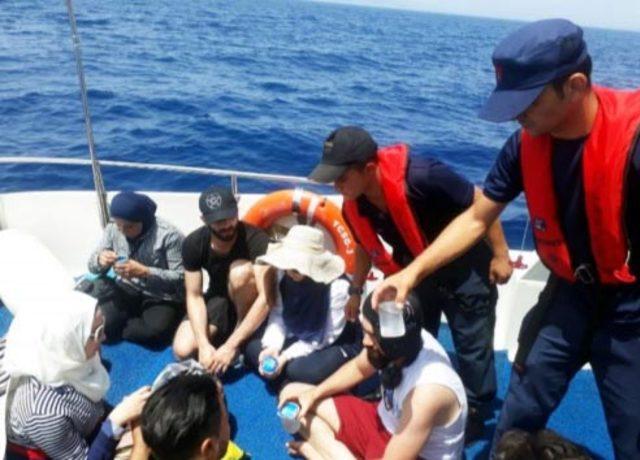 Sürüklenen teknedeki kaçakları, Sahil Güvenlik kurtardı