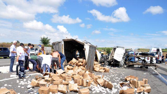 Kamyonet, hafif ticari araçla çarpıştı: 1 ölü, 2 yaralı