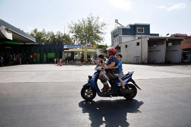 Motosikletli annenin tepki çeken ihmali