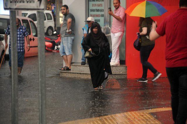 Yalova'da sağanakta cadde ve sokaklar suyla kaplandı
