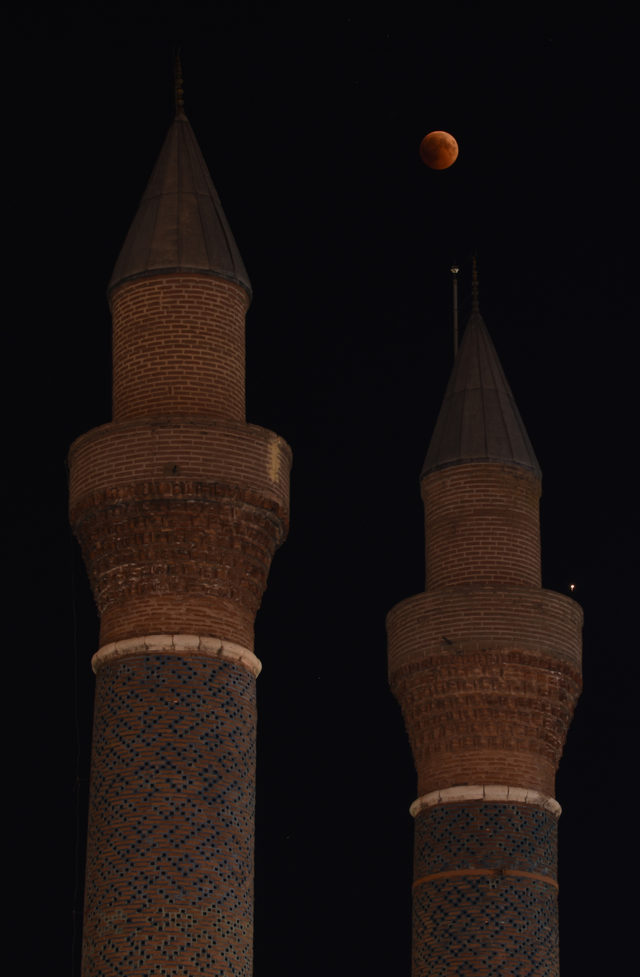 Sivas'ta 'Kanlı Ay Tutulması' ilgiyle izlendi