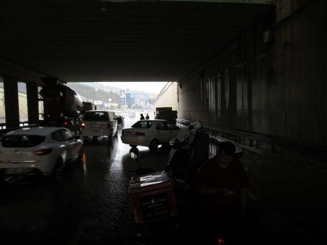 Yağmura yakalanan sürücüler zor anlar yaşadı
