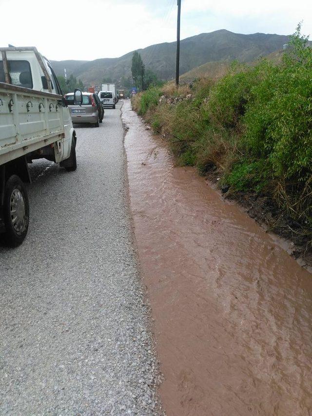 Sağanak sonrası yollar çamurla kaplandı