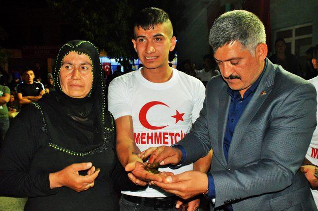 Kayseri'de asker adaylarının ellerine kına yakıldı