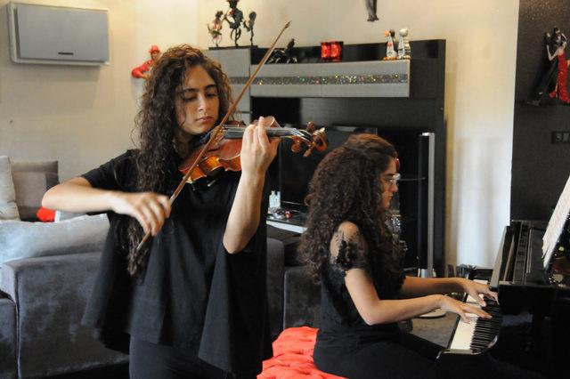 Adanalı ikiz müzisyenler bir ilki başardı
