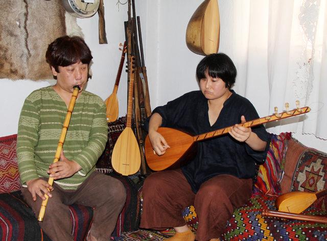 Japon çift, Teke yöresi çalgıları için Burdur'a geldi