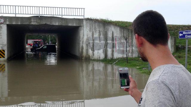 Su dolan alt geçitte mahsur kalan sürücünün kurtarılma anını canlı yayınladılar