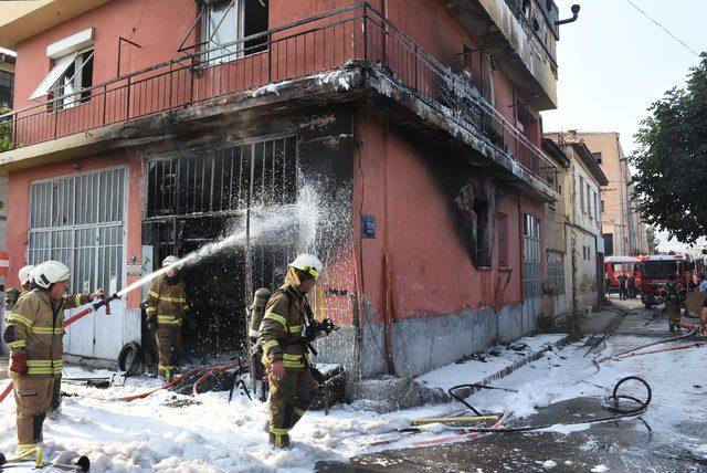 İzmir'de, motosiklet tamirhanesi yandı