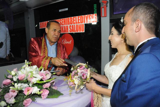 Şoför çiftin nikahı, çalıştıkları otobüste kıyıldı