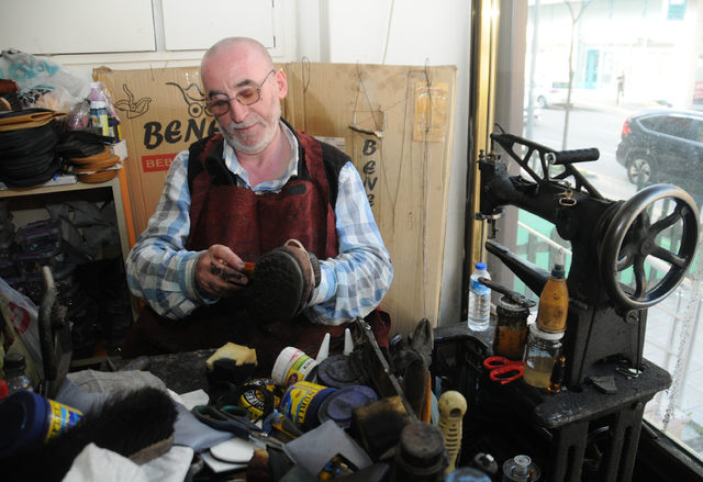 Hem saz çalıyor hem ayakkabı tamir ediyor