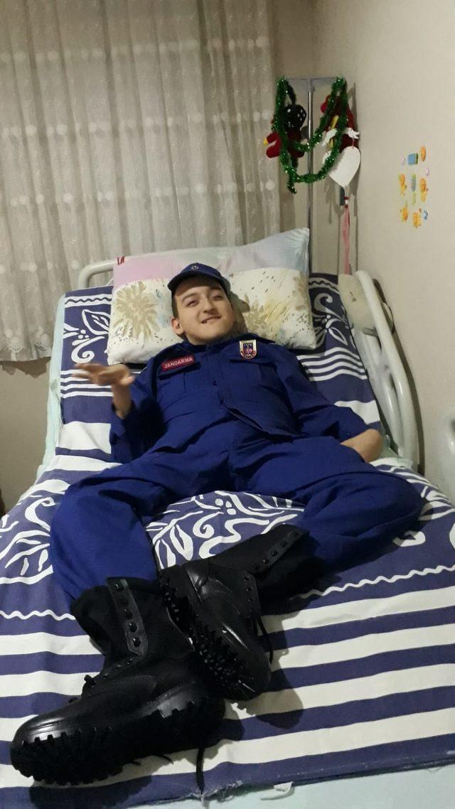 Bedensel engelli Emircan, hayali olan jandarma kıyafetini giydi