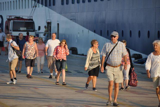Kuşadası'na gemiyle 815 İngiliz turist geldi
