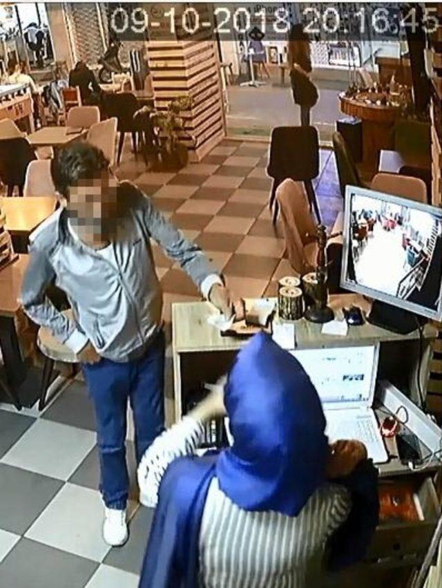 Kafede kasadan hırsızlık güvenlik kamerasında