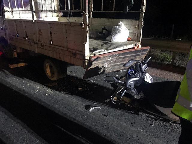 Emniyet şeridinde duran kamyonete çarpan motosiklet sürücüsü öldü