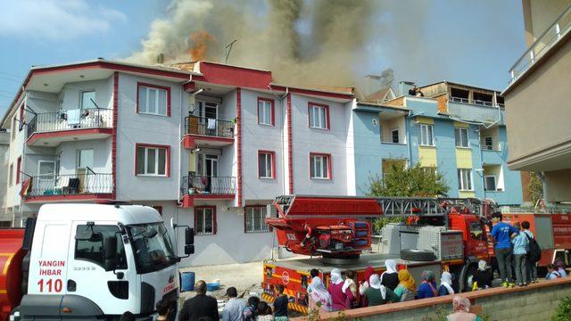 Bursa'da 2 katlı binanın çatısı yandı