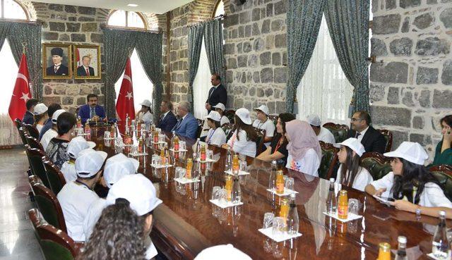 Denizli'li öğrenciler Diyarbakır Valisi Güzeloğlu'nu makamında ziyaret etti