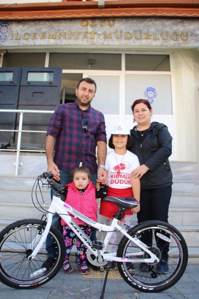 """""""Kırmızı Düdük"""" kampanyasına katıldı, bisikletini aldı"""