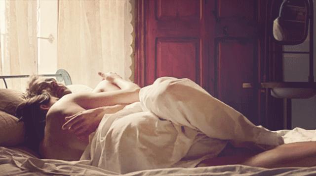 Картинки дню, гифка обнимаются в постели