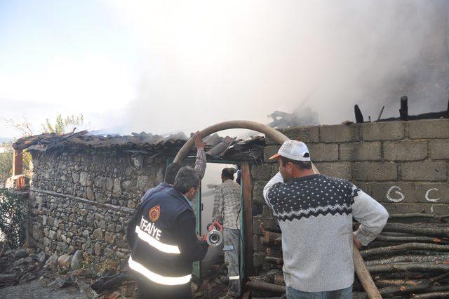 Yaşlı Adamın Evi, Yangında Kullanılamaz Hale Geldi ile ilgili görsel sonucu