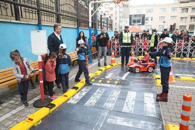 Gaziosmanpaşalı minik öğrenciler okullarda trafik eğitimi aldı