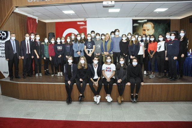 Öğrenciler maske takarak,