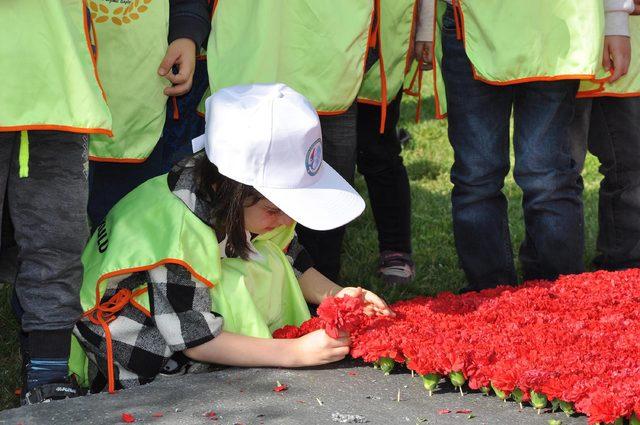 Uşak'ta 80 bin karanfille Türk bayrağı
