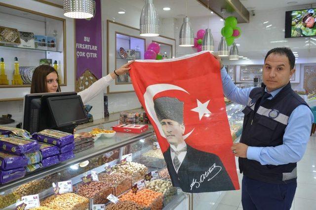 Aliağa'da 10 Kasım'a özel esnafa Tür bayrağı hediyesi
