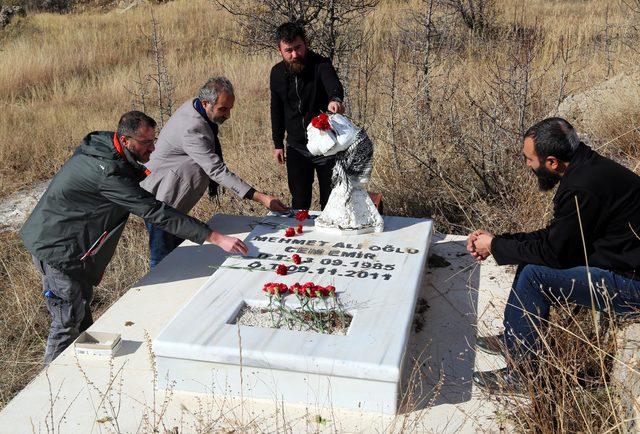 DHA muhabiri Cem Emir, mezarı başında anıldı